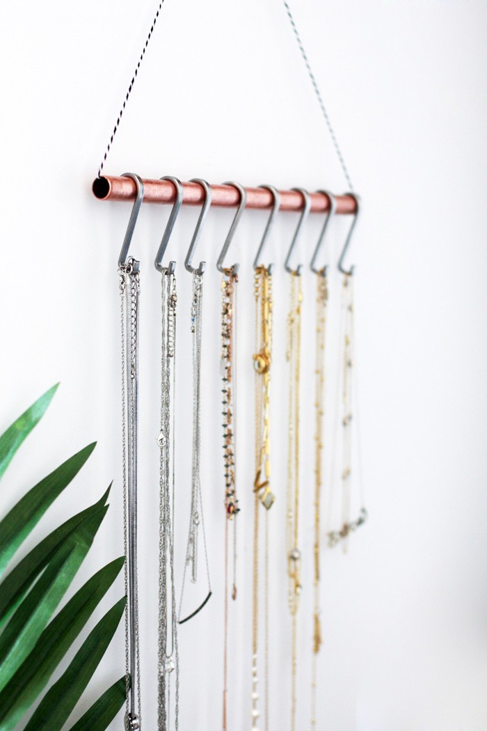 Diy necklace holder for the minimalist for Diy hanging picture display